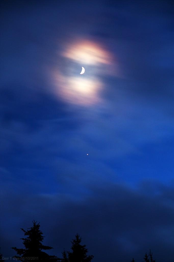 A  Jupiter - Moon conjunction.  A moon corona enhanced the sight.