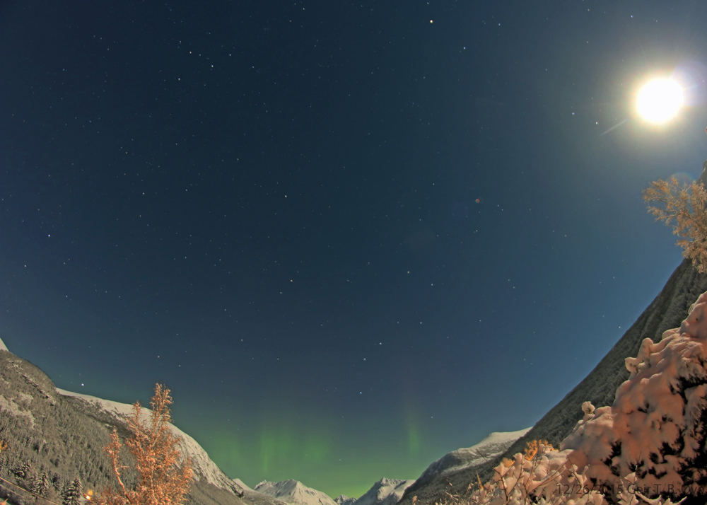 Newly fallen snow, a bright moon, and above the mountains a spell of auroras. Photo details: Canon 650D, Samayang 8 mm fisheye-lens.