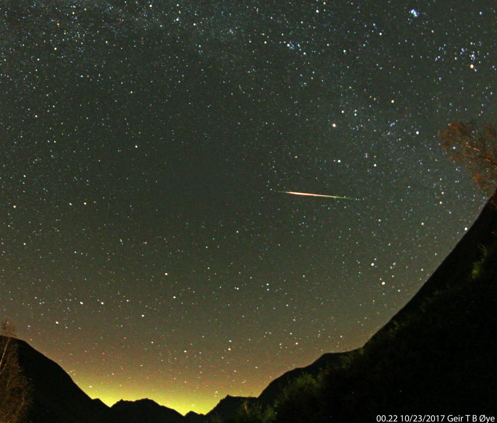 A meteor from the Orionid meteor shower traversed the sky over the valley. The Hunter (Orion) himself was located behind the mountain. The direction of the meteor indicates that it is a leftover from Halleys comet. This photo was snapped at about 00.22 local time on October 23, 2017. Photo details: Canon EOS 650D, Samyang 8mm fisheye-lens