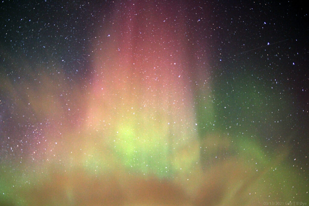 During the most intense auroral activity (on March 13, 2021) I noticed an intense pillar behind a cloud. And zoomed in on the structure. It is an example of the beautiful palette that the Northern Lights can present. Photo details: Canon 700D, Sigma 17-70 mm lens